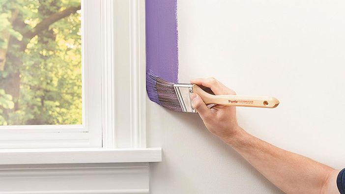 رنگ آمیزی با قلم مو را از گوشهها آغاز کنید. ابتدا گوشه دیوار یا نقاط نزدیک به چارچوبها را رنگ بزنید.