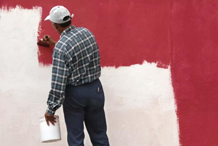 رنگ زدن دیوار به روی کاغذ دیواری