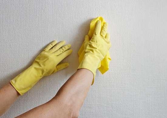 تمیز کردن سطح پیش از رنگ آمیزی دیوار