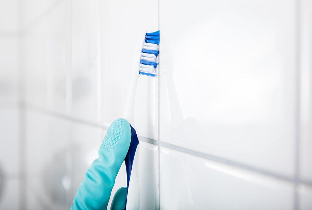 درزهای بین کاشیها را با یک مسواک به خوبی تمیز کنید.